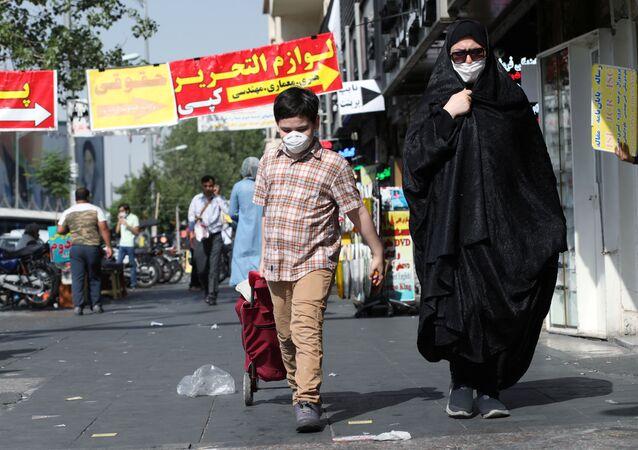 Sokakta maske takan anne ile çocuk, Tahran, İran