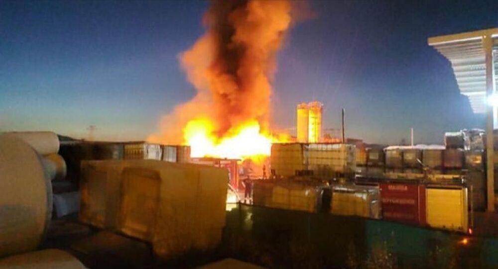 Manisa Organize Sanayi Bölgesi'nde faaliyet gösteren bir plastik fabrikasında yangın çıktı. Yangına çok sayıda itfaiye ekibi müdahale ediyor.
