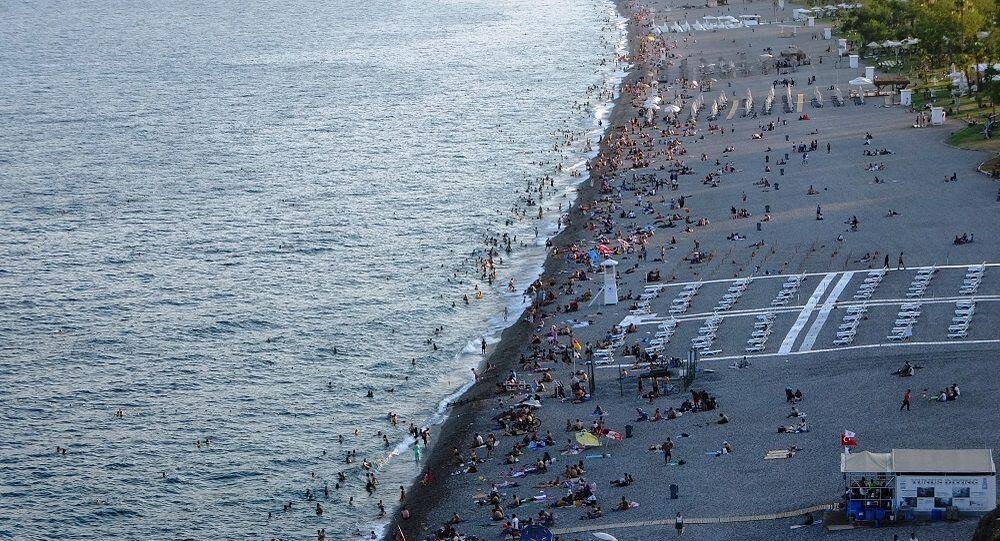 Antalya'da 09.30-18.30 saatleri arasında uygulanan sokağa çıkma kısıtlamasının sona ermesi ile kentin en işlek noktalarında yoğunluk yaşandı.