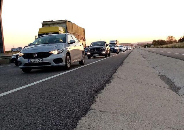 Tatilden dönen İstanbullu vatandaşlar, Tekirdağ'ın Malkara ilçesinde kilometrelerce araç kuyruğuna takıldı.
