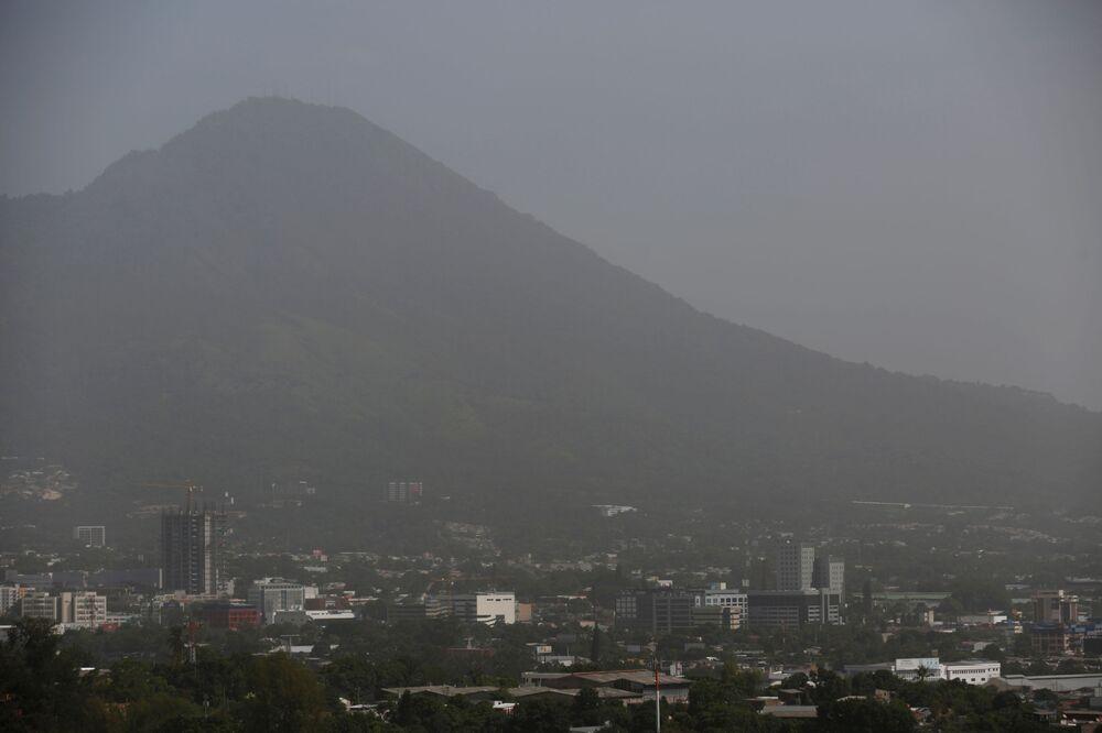 Yaz mevsiminde Sahra Çölü'den Atlantik Okyanusu'na doğru esen rüzgarların taşıdığı kum taneleri Karayipler, Kuzey ve Güney Amerika'ya kadar ulaşıyor. Fotoğrafta: Toz ve kum bulutunun kapladığı El Salvador kentinin manzarası