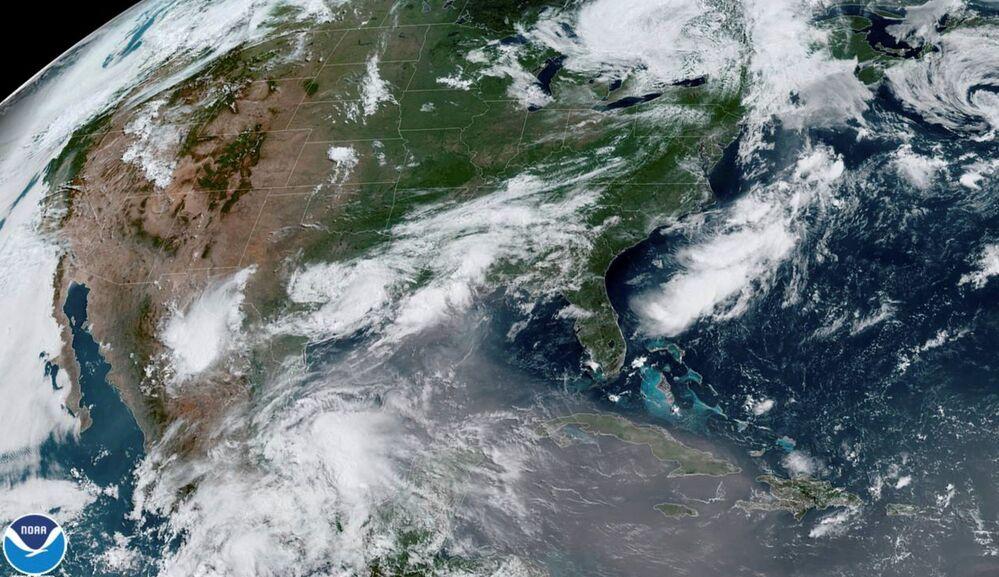 ABD'ye yaklaşırken uzaydan görüntülenen Sahra Çölü'nden rüzgarla sürüklenen kum tanelerinden oluşan dev toz bulutu