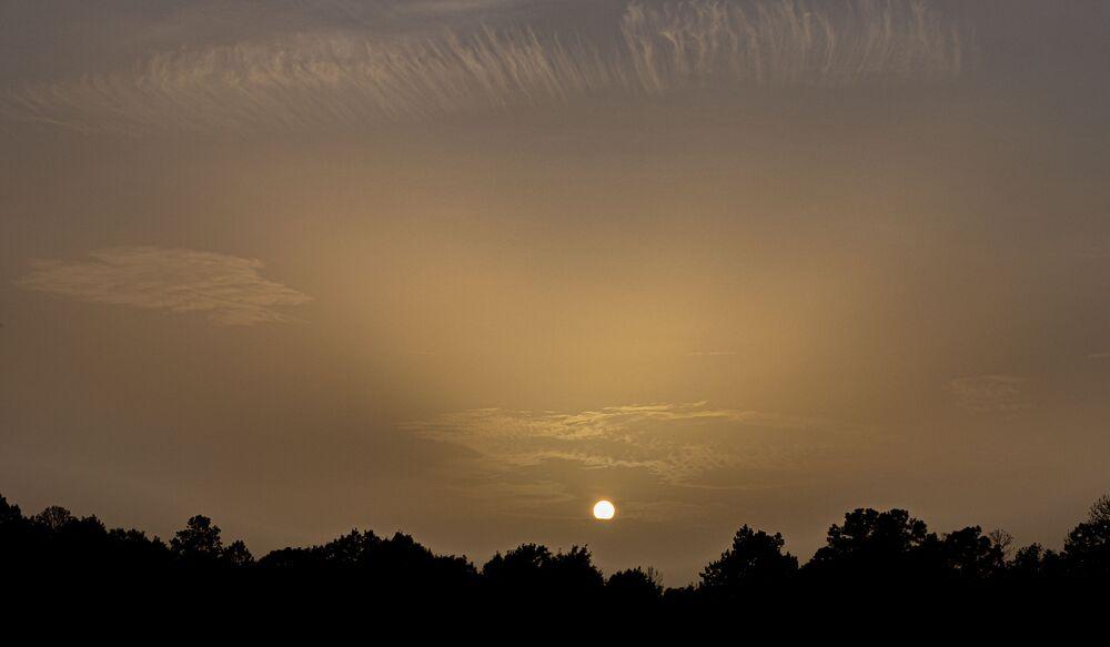 ABD'nin güneydoğu eyaletlerini etkisi altına alan Sahra Çölü'nden toz ve kum bulutu, sıradışı manzaralar oluşturdu