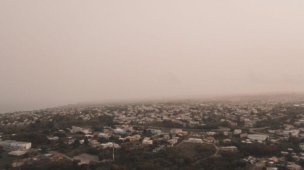Karayip adalarının plajlarını dolduran kumlar, Amazonlar'daki turbalıkları verimli hale getiriyor. Fotoğrafta: Toz bulutunun etkisi altına giren Karayipler'deki Barbados'un manzarası
