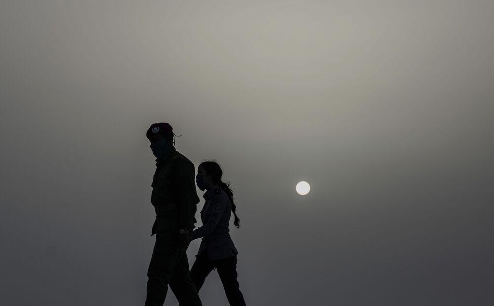 Sahra Çölü'nden kalkan toz ve kum bulutunun ulaştığı Havana'da  görüntülenen iki maskeli polis
