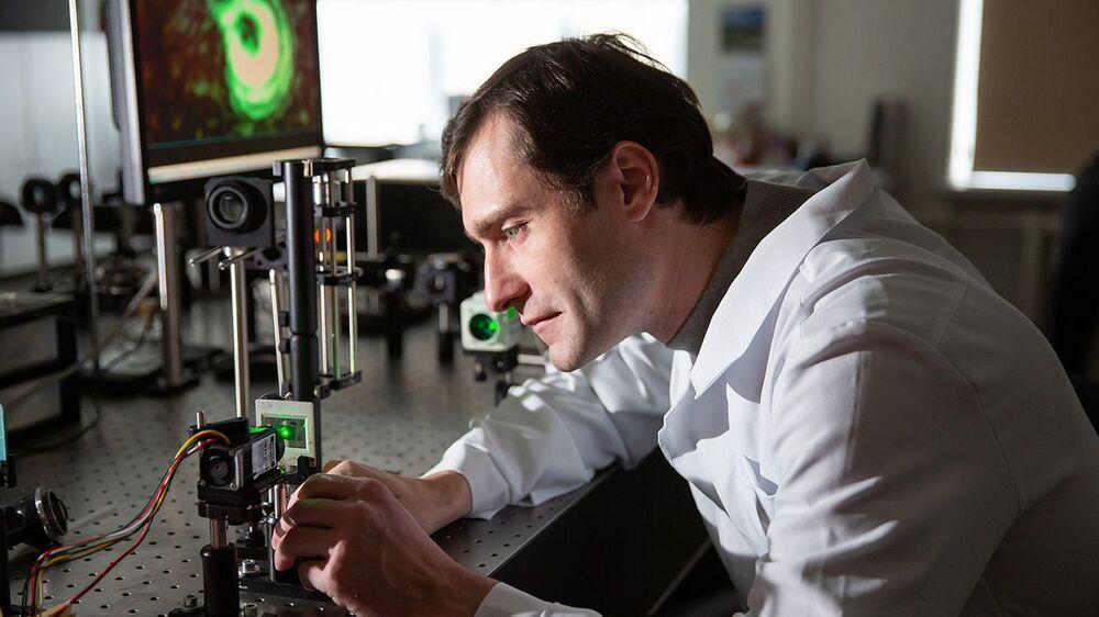 2020 Bilim Fotoğrafları Yarışmasının 'Bilim İnsanları' kategorisinin kazananı Andrey Chernogorodov'un çalışmasında Kırım Federal Üniversitesine bağlı Fizik Teknoloji Araştırmaları Enstitüsü'nden Doç. Dr. Boris Lapin araştırma yaparken görüntülendi.