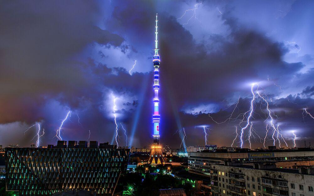 Rusya'nın başkenti Moskova'daki ünlü Ostankino Televizyon Kulesi'nin şimşekli manzarası