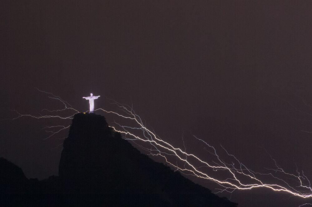 Brezilya'nın  Rio de Janeiro kentinin dünyaca ünlü sembollerinden Kurtarıcı İsa Heykeli'nin üzerinde çakan şimşekler