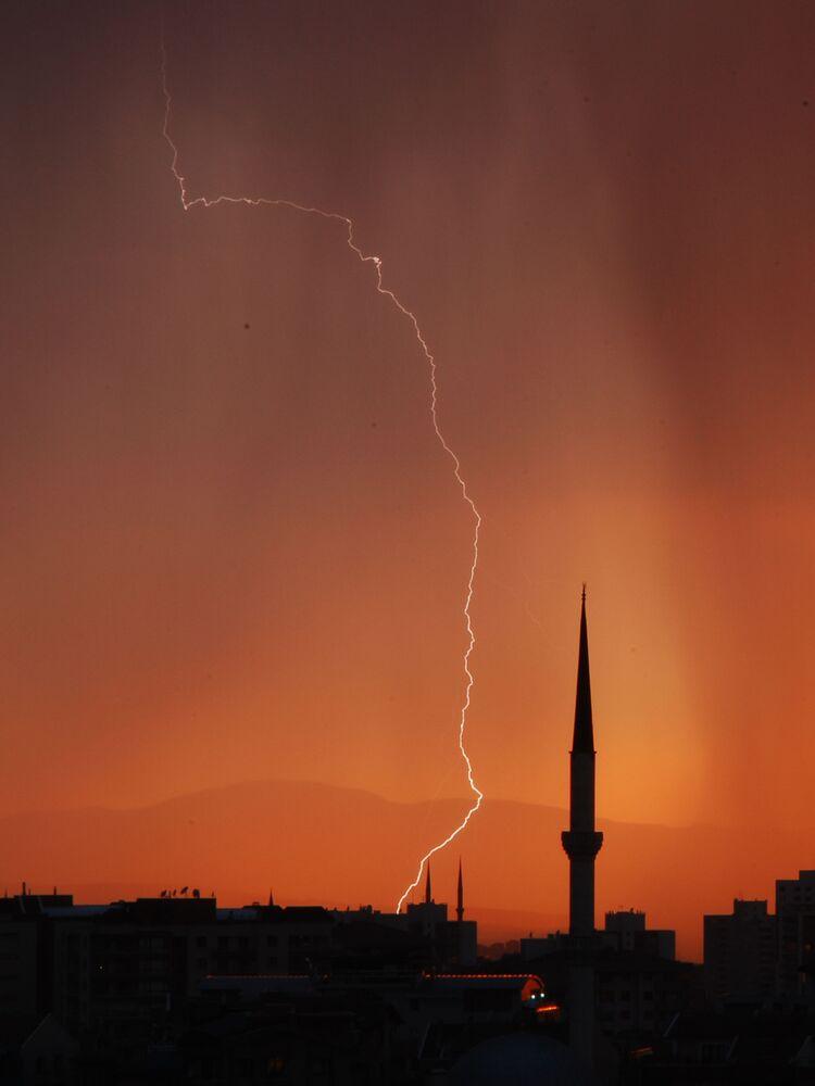 Ankara'dan etkileyici şimşek görüntüsü