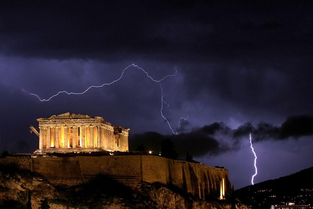 Yunanistan'ın başkenti Atina'daki tarihi Akropolis'in şimşekli manzarası