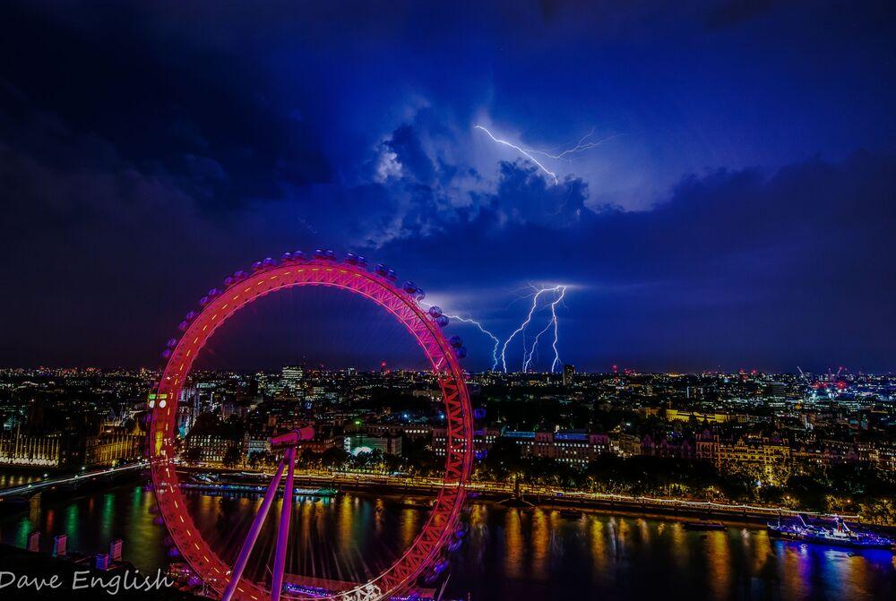 İngiltere'nin başkenti Londra'nın dünyaca ünlü dönme dolabı London Eye'dan çekilen şimşekli gece manzarası