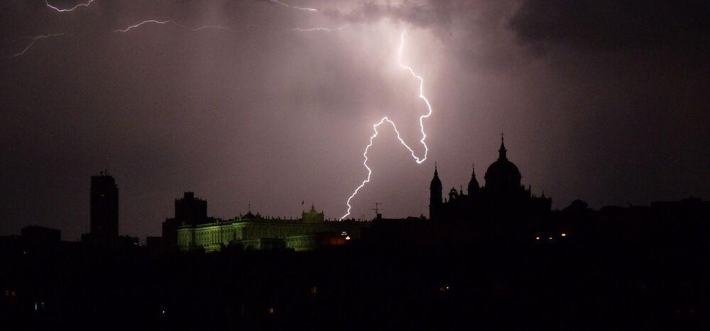İspanya'nın başkenti Madrid'in şimşekli manzarası