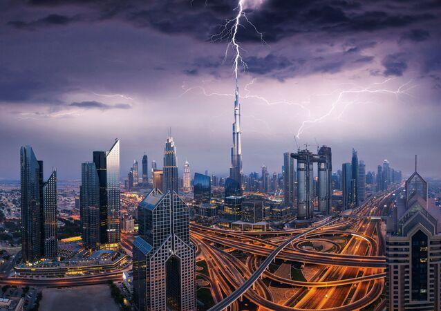 Birleşik Arap Emirlikleri'nden Dubai'de göz alıcı manzaralar oluşturan şimşekli fırtına