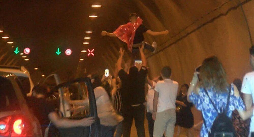 Asker uğurlama eğlencesi için Kağıthane Tüneli'ni kapattılar ...