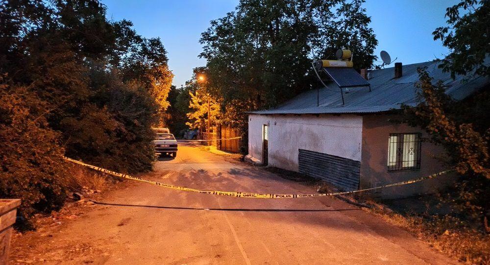 Kahramanmaraş'ın Afşin ilçesinde cinnet getiren öğretmen 40 yıllık komşularına satırla saldırdı.