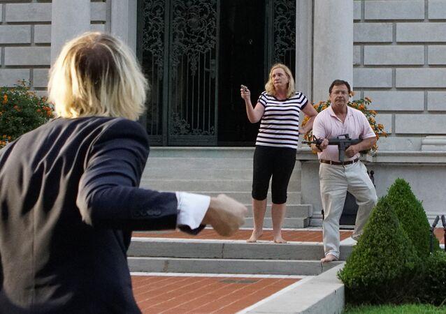 ABD'nin St. Louis kentinde bir çift, belediye başkanını protesto etmek için yürüyen ırkçılık karşıtı eylemcilere silahlarını doğrulttu.