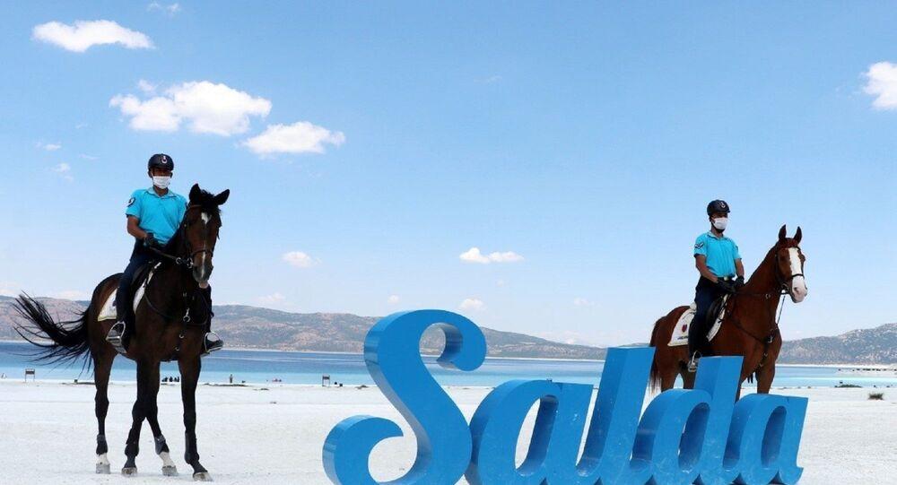 Nevşehir Jandarma At ve Köpek Eğitim Merkezi Komutanlığı'ndan iki binici astsubay ile asayiş eğitimi verilen 'Feray', 'Şimşek' ve 'Dolunay' adlı üç at, yaz boyunca Salda Gölü ve çevresinde görev yapacak.