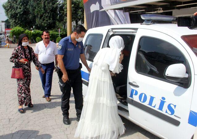 Adana'da zorla evlendirildiğini ileri süren genç kadın, nikah töreninden polisi arayarak yardım istedi. Polis töreni basıp genç kadını kurtarırken, annesini polis merkezine götürdü.