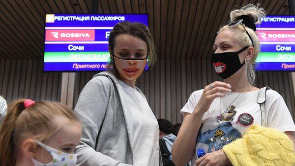 Rusya - Moskova- Aleksandr Sergeyeviç Puşkin Uluslararası Havalimanı - maske - Sputnik Türkiye
