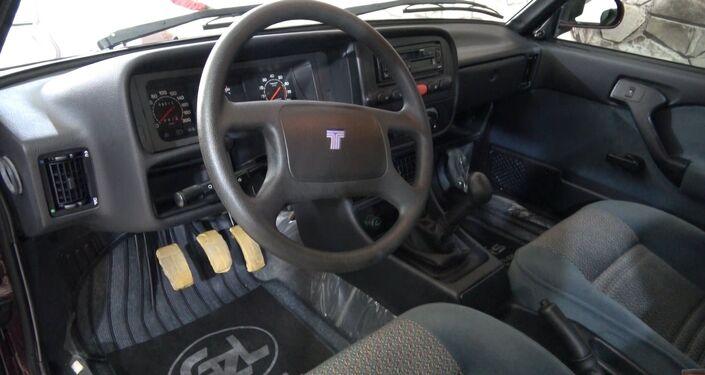 Kilometre yazmasın diye kurtarıcı ile getirdiği otomobilini iş yerinde sergileyen Güzel'in 8 bin 500 kilometredeki otomobili orijinalliği ve temizliğiyle görenleri şaşırtıyor.