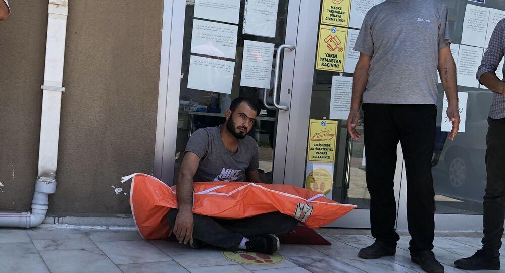 Süs havuzunda boğulan iki yaşındaki oğlunun cansız bedeniyle sığınmacı derneğinin kapısında bekledi
