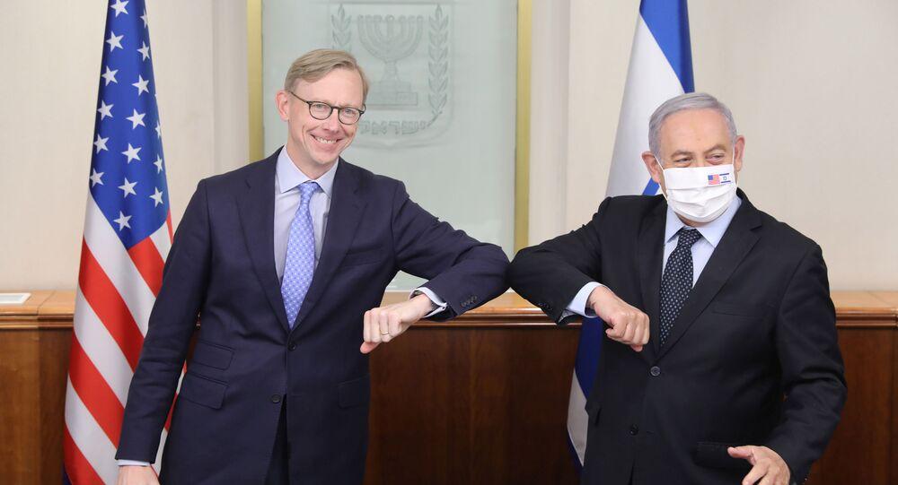 Brian Hook ile Benyamin Netanyahu, İran'ı hedef aldıkları Kudüs'teki basın toplantısında dirsek tokuştururken