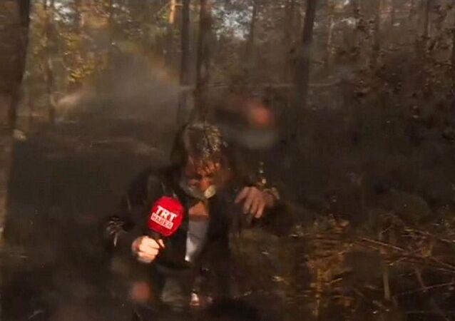Yangını canlı yayında anlatan TRT Haber ekibi helikopterden boşalan suyun altında kaldı