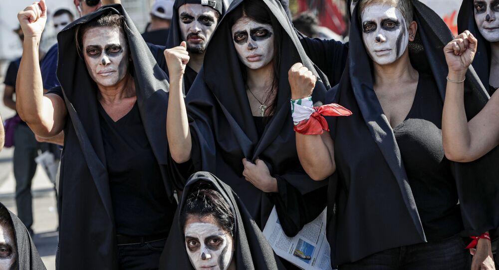Doların rekor yükselişiyle ulusal para biriminin çöktüğü ve ekonomik kriz baş gösterdiği Lübnan Beyrut'ta sembolik cenaze