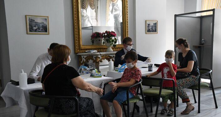 Rusya Federasyonu'nun 18 yıl sonra yapmayı planladığı ilk anayasa değişikliği için binlerce Rusya vatandaşı Türkiye'nin dört şehrinde sandıklara gidiyor.