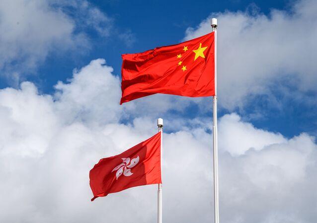 Çin ve Hong Kong bayrakları