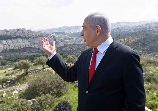 İsrail Başbakanı Benyamin Netanyahu Batı Şeria'daki Har Homa Yahudi yerleşimini göstererek konuşurken