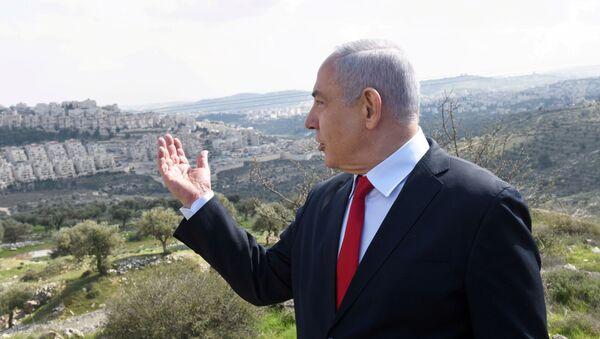 İsrail Başbakanı Benyamin Netanyahu Batı Şeria'daki Har Homa Yahudi yerleşimini göstererek konuşurken - Sputnik Türkiye