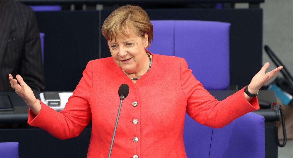 Almanya Başbakanı Angela Merkel Bundestag'da milletvekillerinin sorularını yanıtlarken