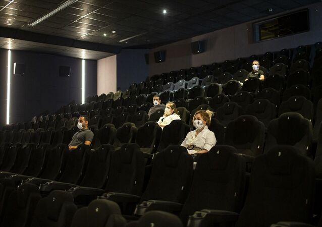 Yeni tip koronavirüs (Kovid-19) ile mücadele kapsamında faaliyetleri durdurulan ve normalleşme süreciyle 1 Temmuz itibarıyla faaliyete başlama izni verilen sinema salonlarının bir bölümü kapılarını sanatseverlere açacak. Sinema salonlarında çalışan personel, maske ve siperlikleriyle çalışacak ve izleyicilerin kullanması için hijyen noktaları kurulacak.