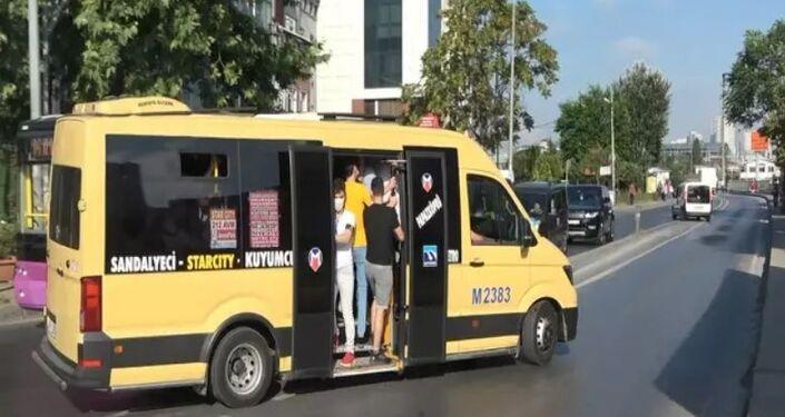 Trafik yoğunluğunda birbirleriyle yarışırcasına ters yönden gidip, kırmızı ışıkta geçen minibüslerden biri, karşıdan gelen bir halk otobüsüyle kaza yapmaktan son anda kurtuldu.