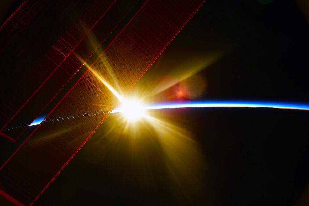 Uluslararası Uzay İstasyonu'ndan görüntülenen Dünya üzerindeki gündoğumu anı