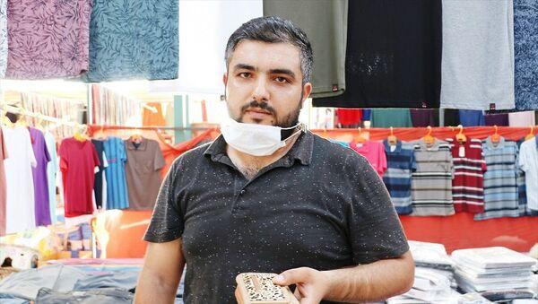 Manisa'nın Şehzadeler ilçesinde bir kişi, semt pazarında bulduğu cüzdanı sahibine ulaştırdı - Sputnik Türkiye