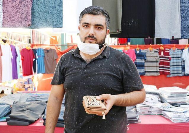 Manisa'nın Şehzadeler ilçesinde bir kişi, semt pazarında bulduğu cüzdanı sahibine ulaştırdı