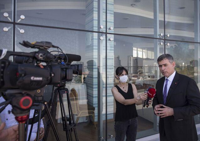 Türkiye Barolar Birliği (TBB) Başkanı Metin Feyzioğlu, TBMM Adalet Komisyonunda görüşülen barolara ilişkin düzenlemeler içeren kanun teklifine tepki gösteren baro başkanlarına seslenerek, Dün TBMM'de komisyona çağrıldınız gelmediniz, yine aracılık edelim lütfen gidin konuşun dedi.