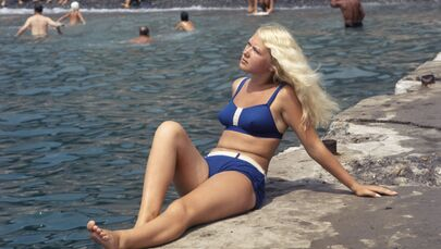 Soçi kentindeki plajda güneşlenen bikinili kadın, 1970