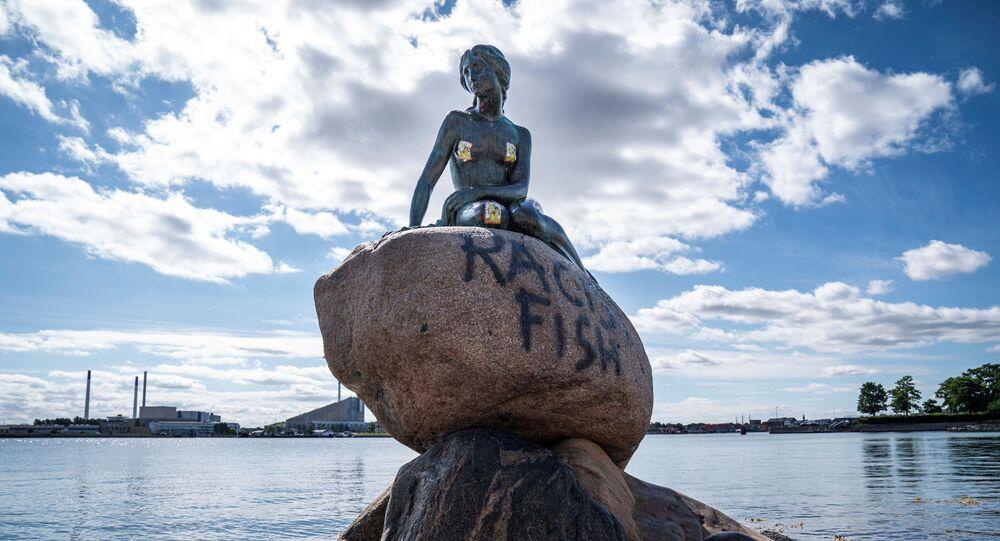 Kopenhag'da Küçük Denizkızı heykelinin kaidesine 'ırkçı balık' yazıldı.