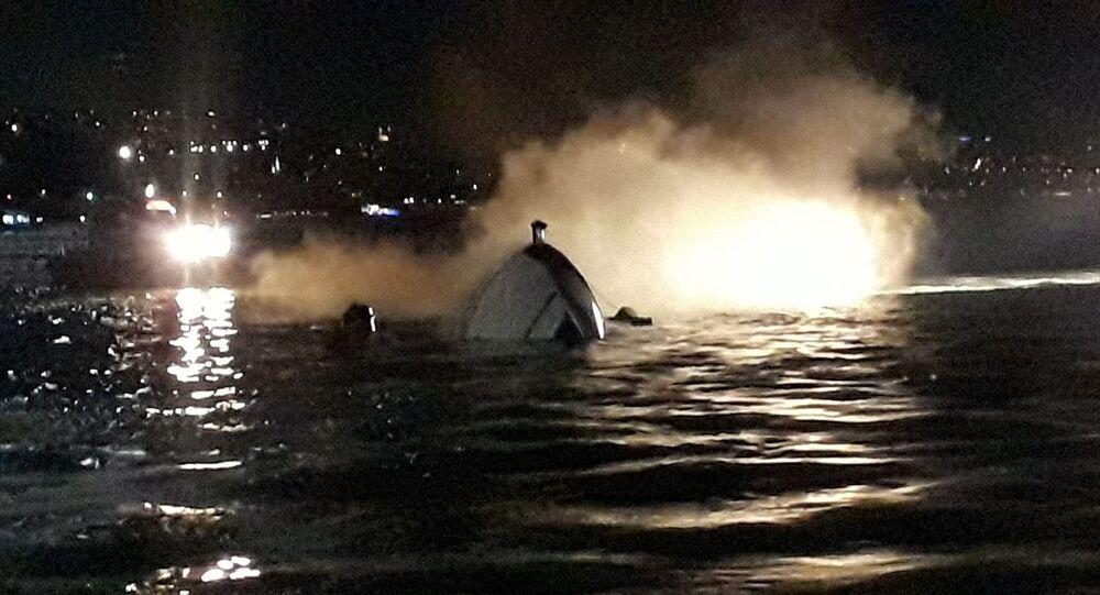 Bebek'te kıyıdan yaklaşık 100 metre açıkta bulunan bir teknede henüz belirlenemeyen nedenle yangın çıktı