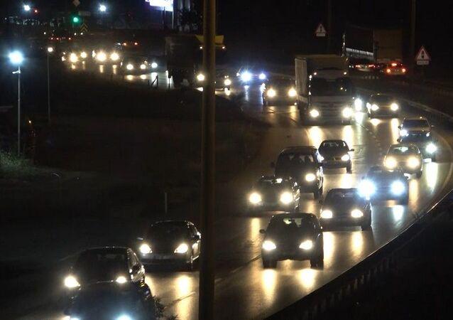 Hafta sonu tatilini başka illerde geçiren binlerce vatandaş, geri dönüş için yollara akın etti. 43 ilin bağlantı noktasındaki Kırıkkale'de yer alan 'kilit kavşak'ta, trafik yoğunluğu gece saatlerine kadar sürdü.