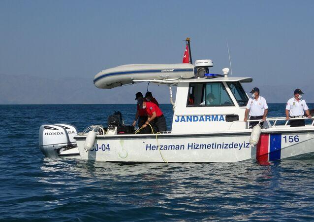 Gölü'nde 9 gün önce batan teknedeki göçmenleri arama kurtarma çalışmaları, su altı görüntüleme cihazıyla (ROW) yapılıyor.