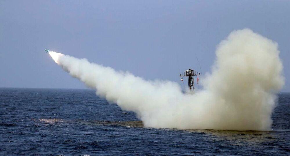 İran askeri tatbikatında denizden ateşlenen füze