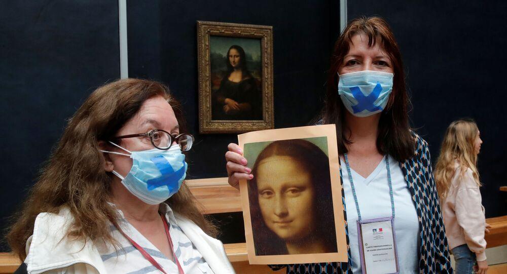 Fransız turist rehberlerinden Louvre Müzesi'nde Leonardo Da Vinci'nin Mona Lisa (La Joconde) tablosu eşliğinde protesto