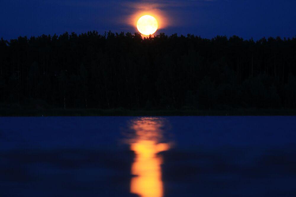 Rusya'nın Tver bölgesinde gökyüzünde görsel bir şölen sunan parçalı Ay tutulması
