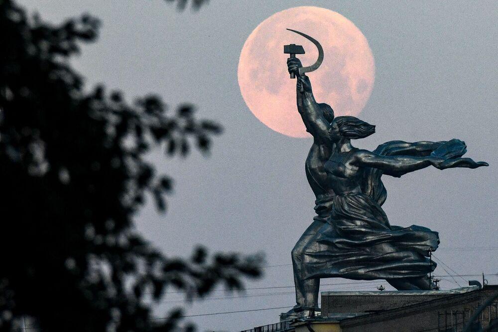 Rusya'nın başkenti Moskova'da görüntülenen parçalı Ay tutulması. Ön planda Sovyet döneminden kalma İşçi ve Çiftçi Kadın isimli heykel bulunuyor.