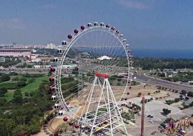 Antalya'da 90 metrelik dönme dolaba sosyal mesafe düzenlemesi