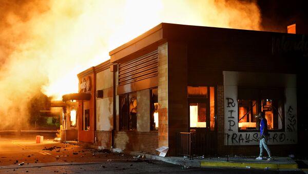 ABD'nin Atlanta kentinde Rayshard Brooks'un 12 Haziran'da polis tarafından öldürüldüğü Wendy's restoranınyakılmasının ardından polis ve ırkçılık karşıtı protesto alanı oluşturuldu. - Sputnik Türkiye